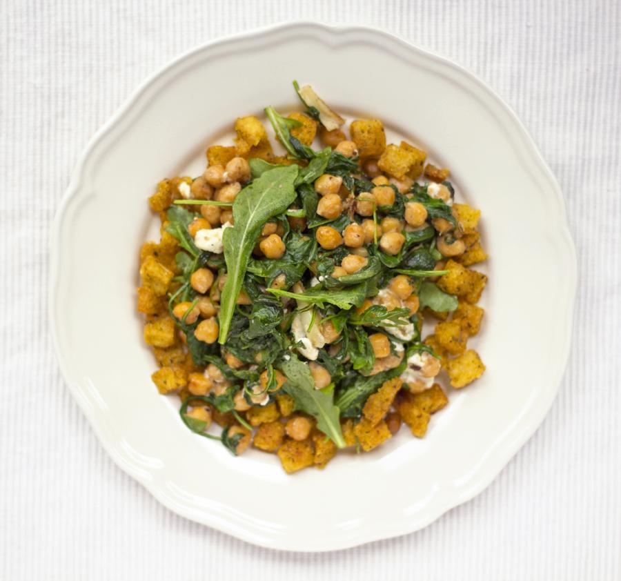 Polenta-Knuspersalat mit Kichererbsen, Rucola und Schafskäse