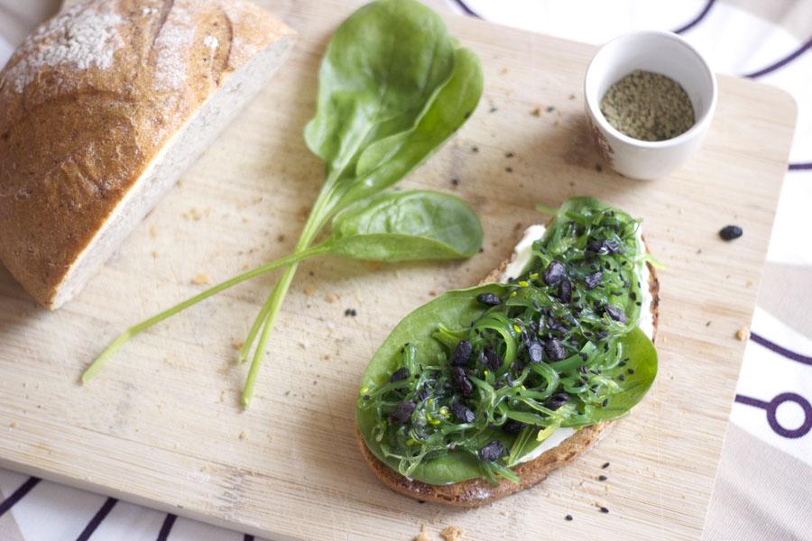 Genuss sucht_Algen-Salat-Wasabi_Sesam-Brot_3204